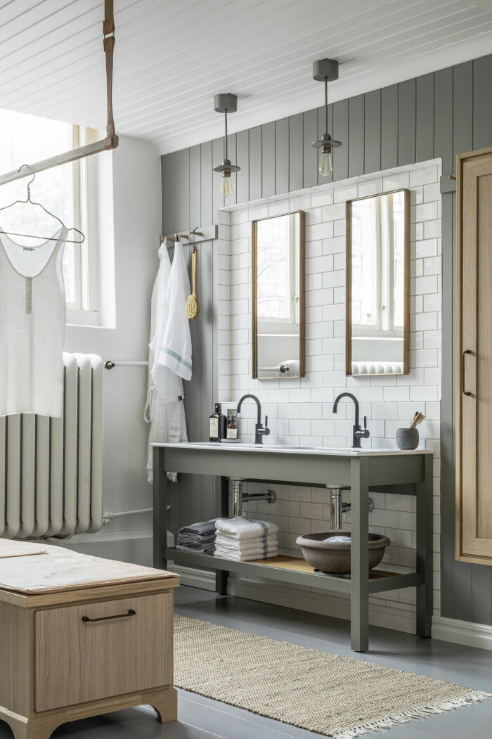 badrum i klassisk stil med dubbla handfat