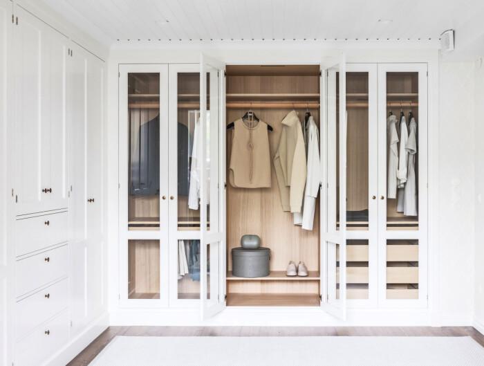 vit garderob med både sluten och öppen förvaring från Kvänum