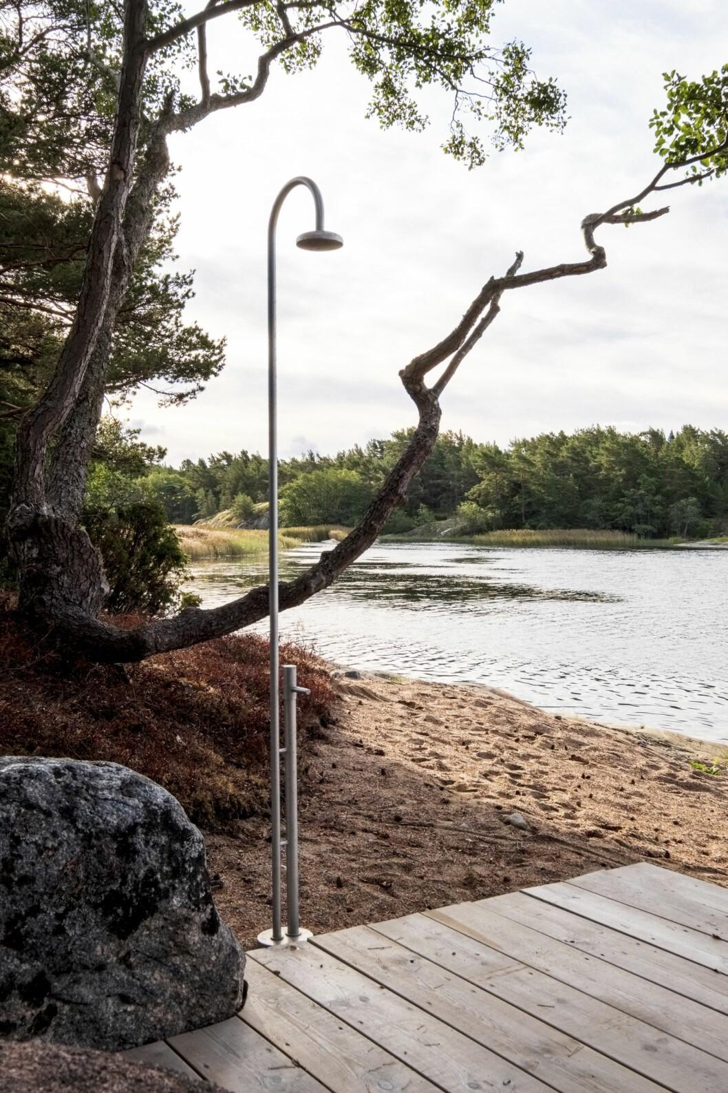 Utomhusdusch vid stranden i studentritade huset Villa Furuholmen.