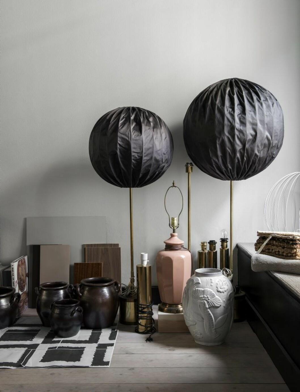 De stora golvlamporna är designade av Hans- Agne Jakobsson för Markaryd. Vit urna, Anna Lisa Thomsom (Uppsala Ekeby).