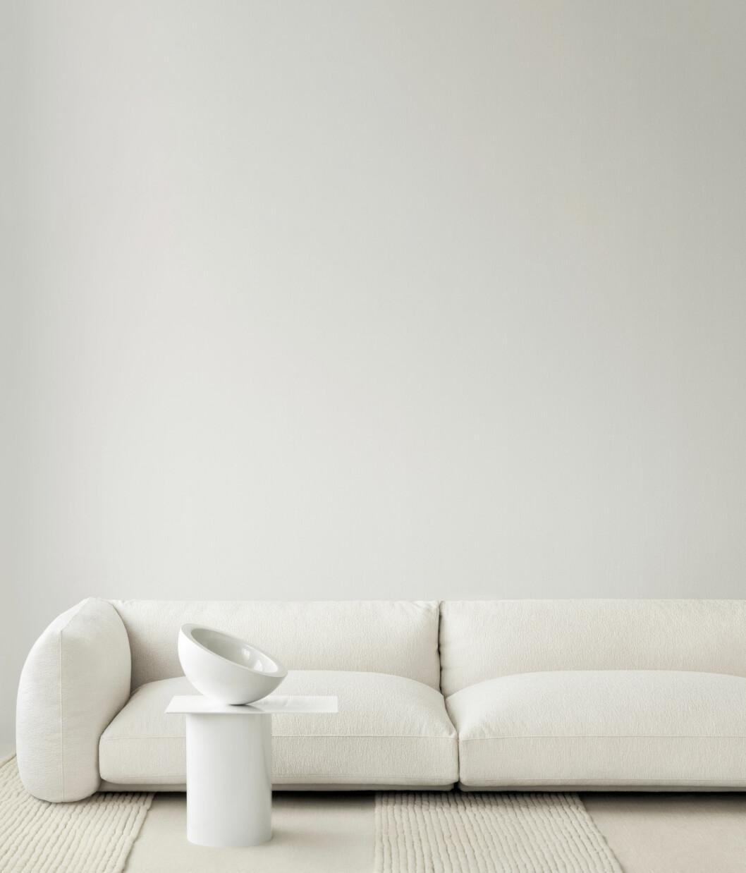 Mattan Striped Bone White från Layered och soffan LA Sofa 01.