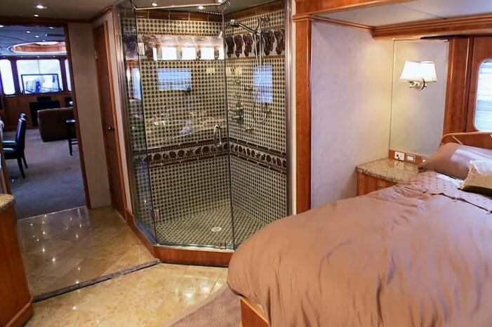Sovrum och dusch i Leonardos husbil