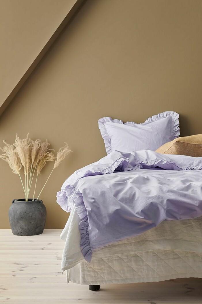 lila sängkläder med volang