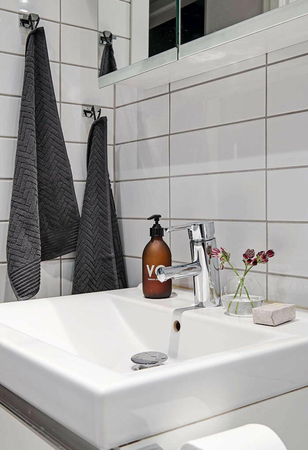 Litet badrum med snygga detaljer