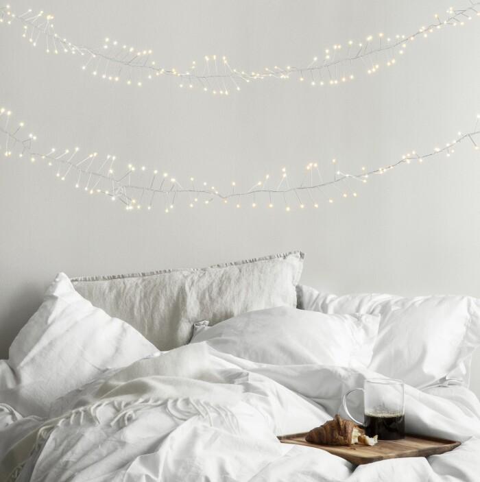 sovrum med ljusslingor och julstämning