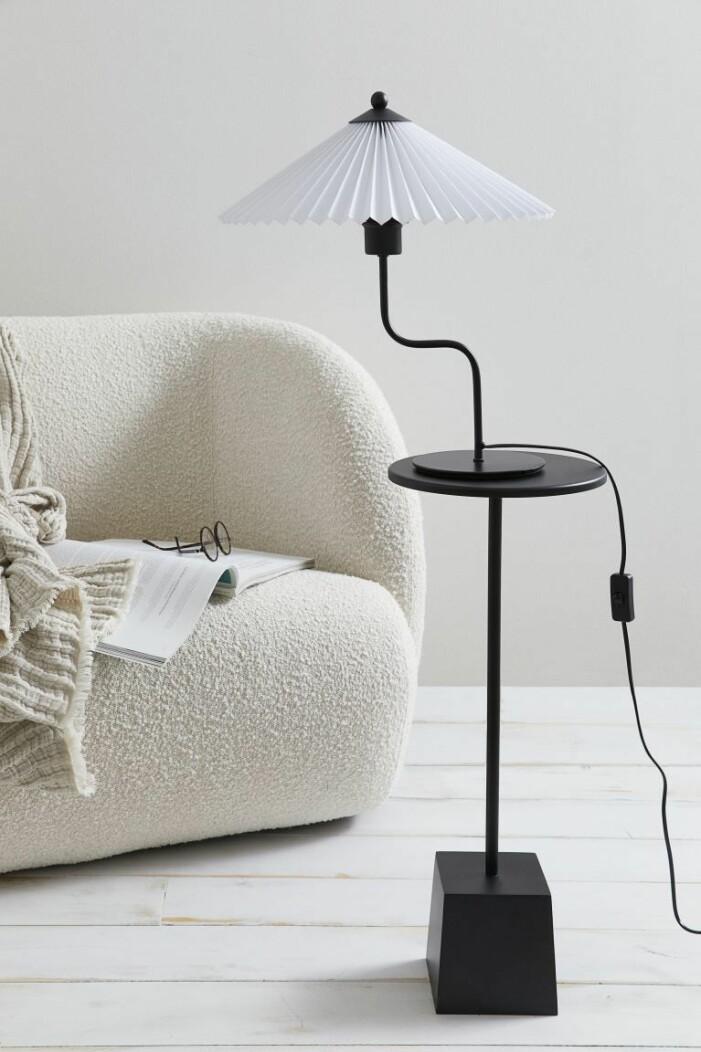 bordslampa med plisserad skärm