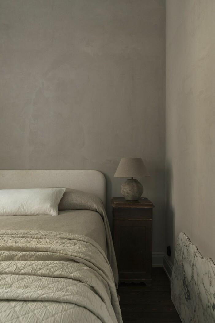 Säng i sovrum med sänglampa från Zara home