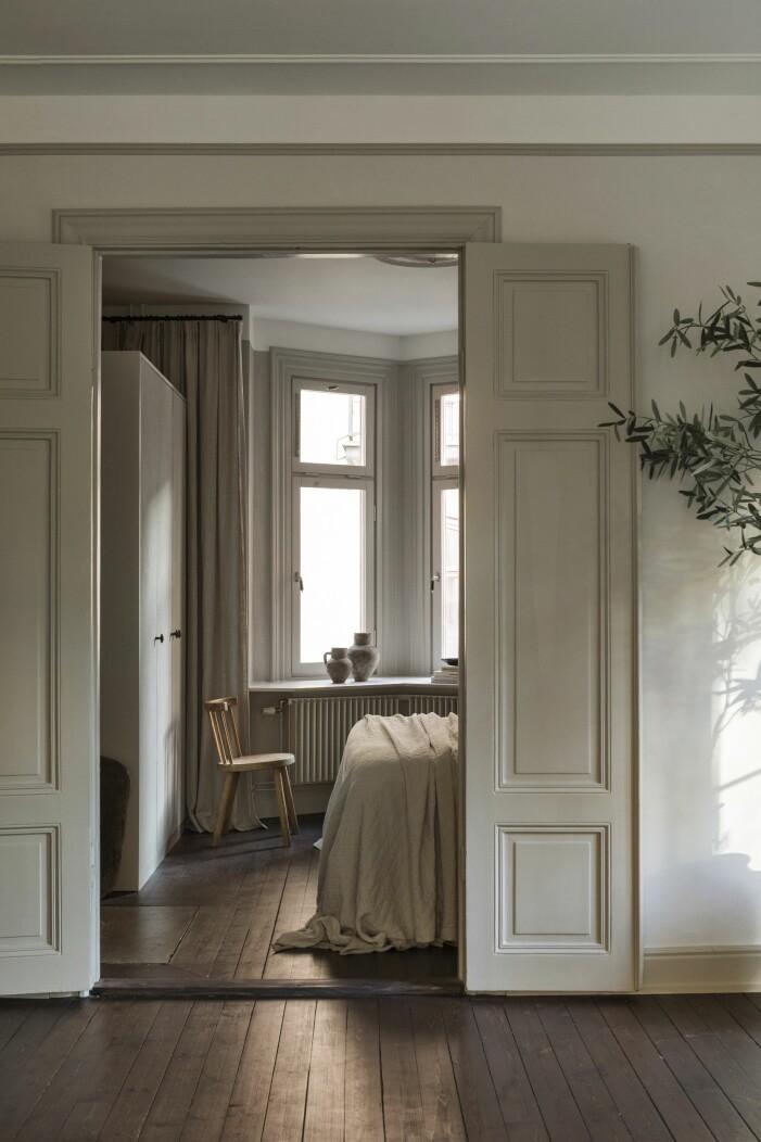 Mellan vardags- och sovrum en större dörröppning med gamla pardörrar.