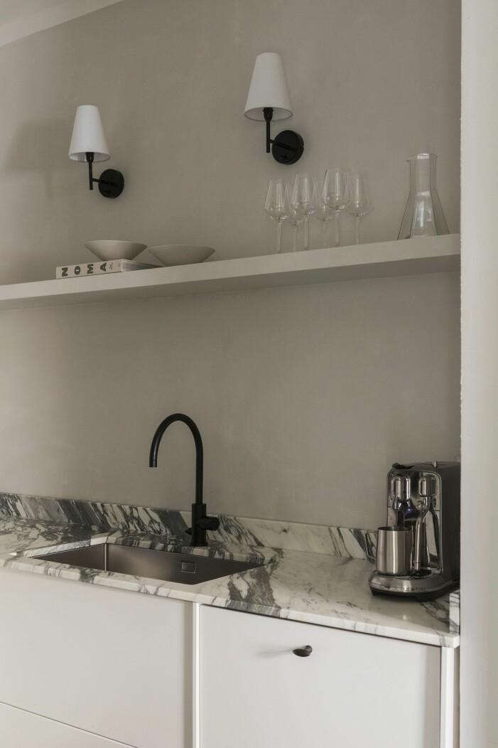 Kök hemma hos Lovisa Häger med bänkskiva i natursten.