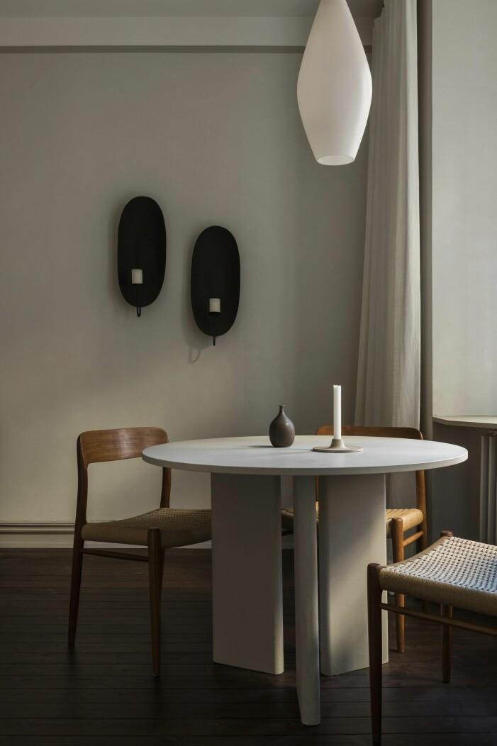 Matbord formgivet av Lovisa, matstolar av Niels Otto Møller