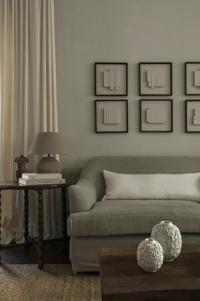 Vardagsrum med soffa och vintage sideboard, kudde och gardiner kommer från Gotain och vaser av Gunnar Nylund.
