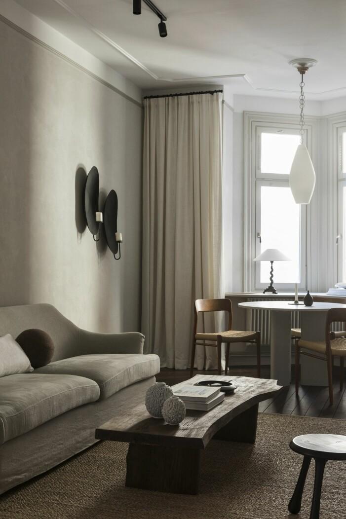 Vardagsrum med matbord och soffbord gjorda av Lovisa Häger, stolar av Niels Otto Møller.