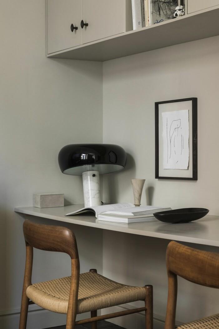 Platsbyggt skrivbord med lampa Snoopy från Flos