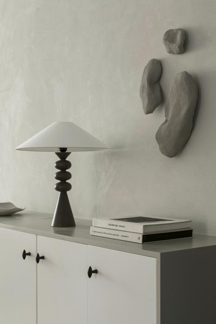 Lampa från Zara home med skärm från Watt & veke, väggskulpturer av Lovisa Häger.