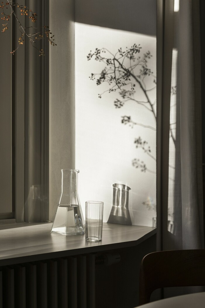 Djup fönsterkarm i sekelskifteslägenhet