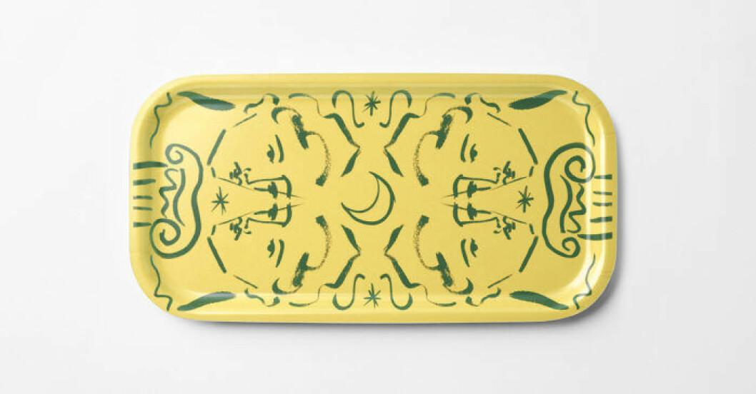 Gul bricka med konst av Luke Edward Hall