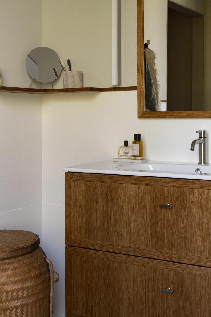 lyxigt badrum med trä och naturmaterial