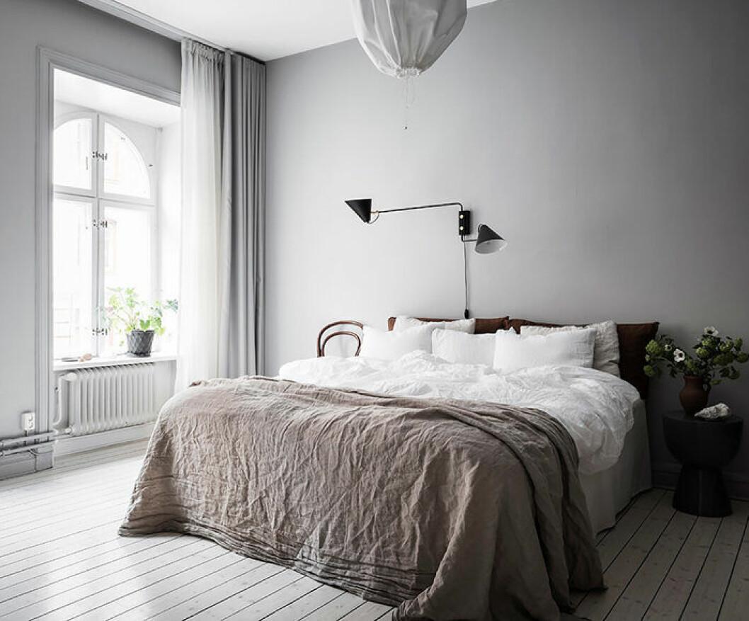 Lyxigt sovrum med fluffigt lakan och många kuddar
