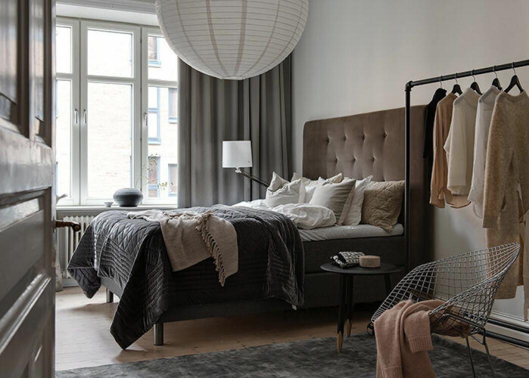 Lyxigt sovrum i hotellstil med textilier i lager på lager