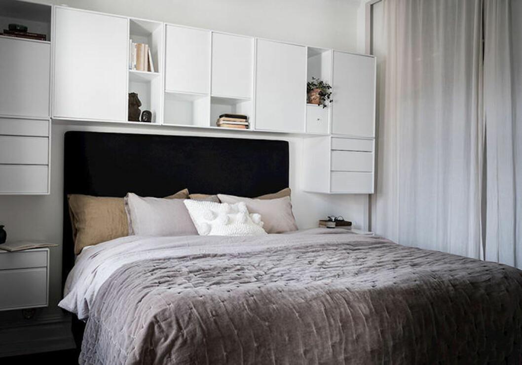 Byt ut garderobsdörrar mot gardiner för en luftig och lyxig känsla i sovrummet
