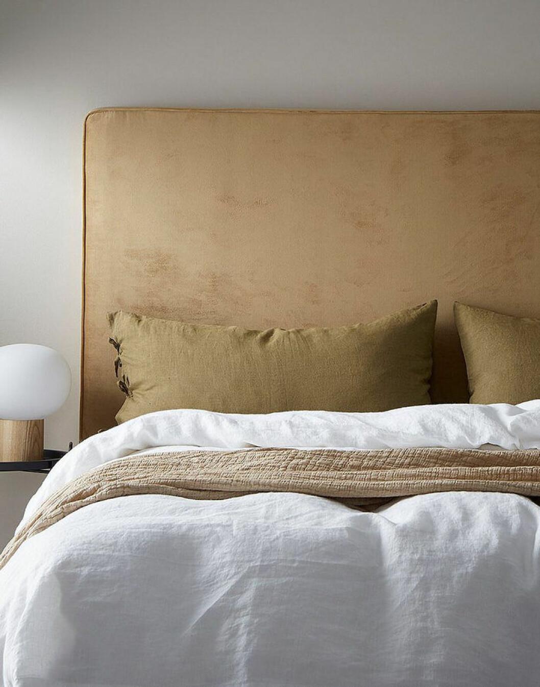 En sänggavel ger ett lyxigt intryck till sovrummet