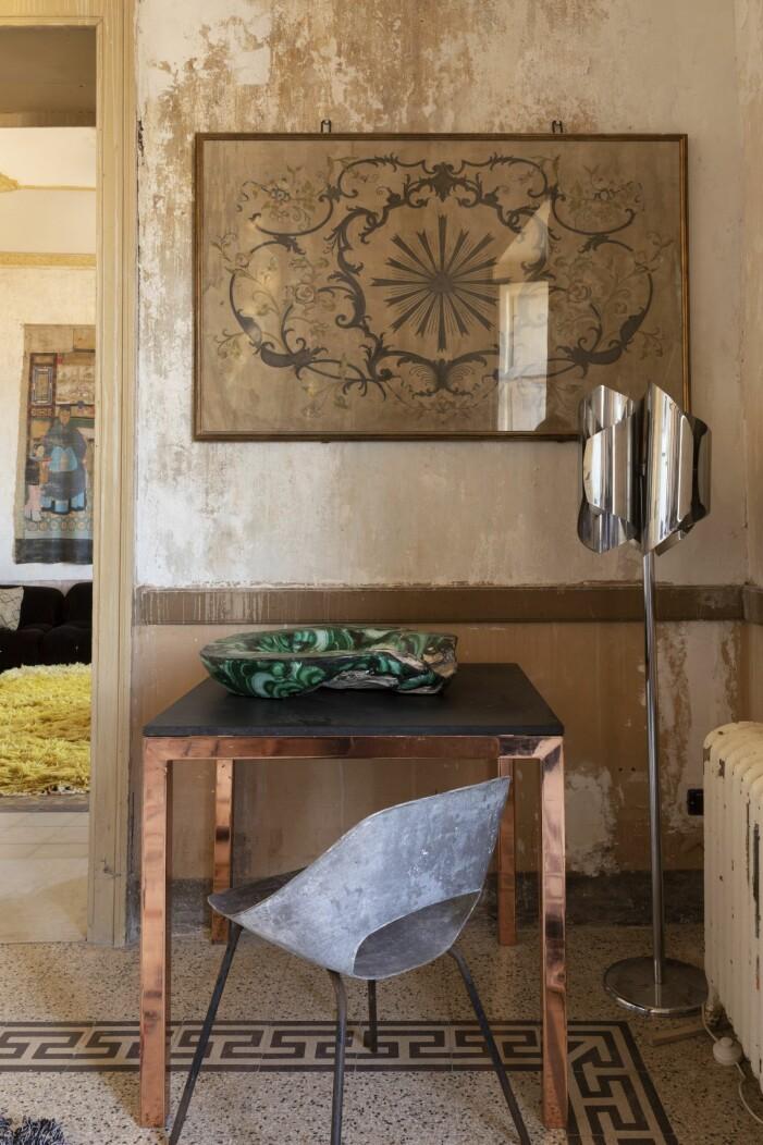 En hörna i den övre hallen är inredd med bord av Tom Dixon. Stol av Pierre Guariche och vintage golvlampa.