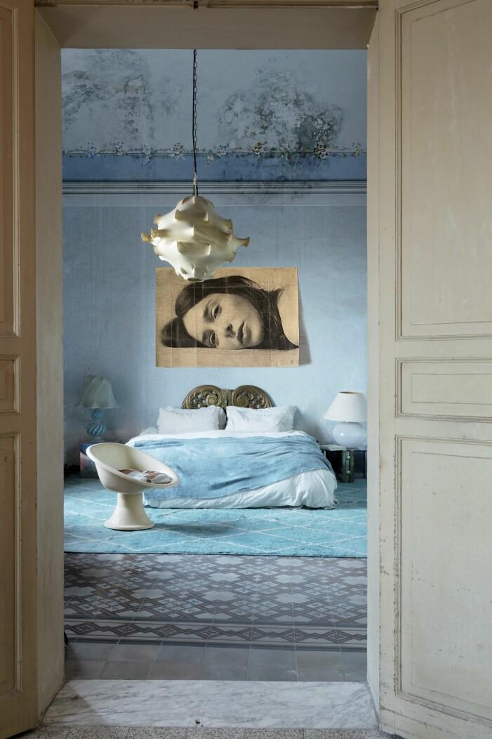 Sovrummet går i blåa toner.