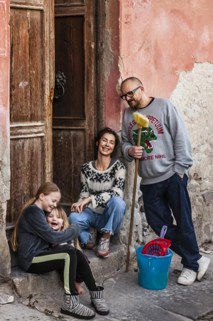 Marie Olsson Nylander och maken Bill med familj i Husdrömmar Sicilien
