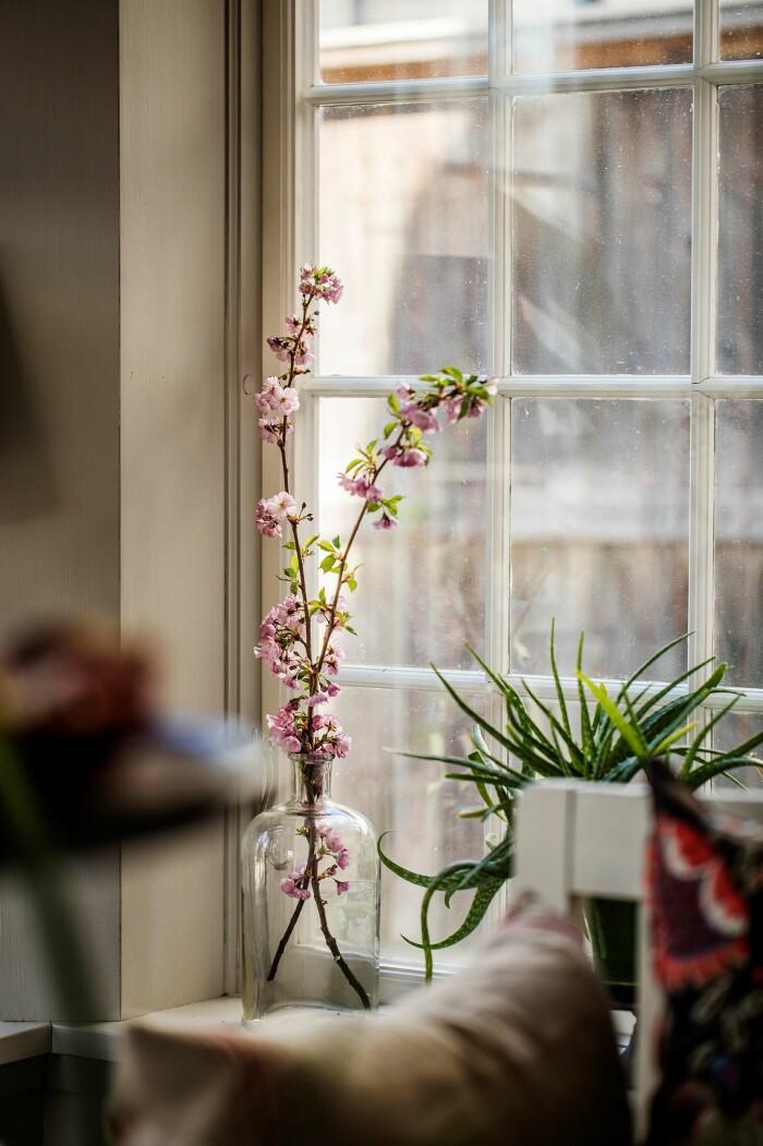 Åsa Larsson säljer sitt hus i Mariefred originalfönster