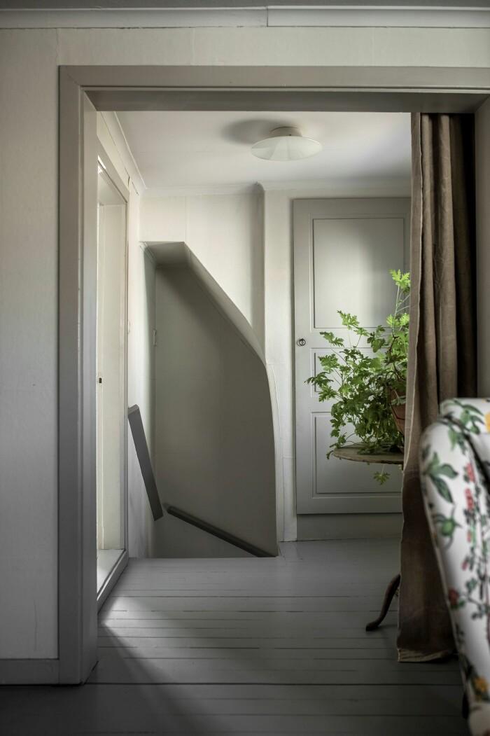 Åsa Larsson säljer sitt hus i Mariefred hall trappa
