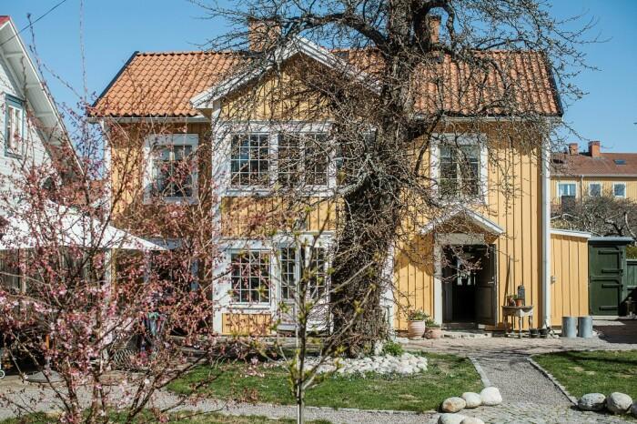 Åsa Larsson säljer sitt hus i Mariefred fasaden