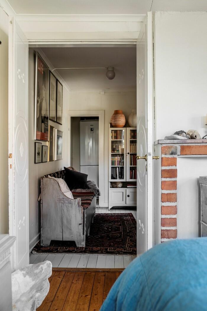 Åsa Larsson säljer sitt hus i Mariefred originaldetaljer dörrar trägolv