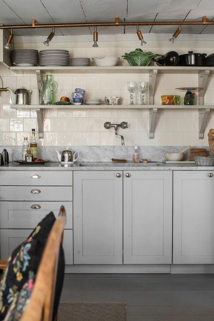 Åsa Larsson säljer sitt hus i Mariefred hyllplan kök