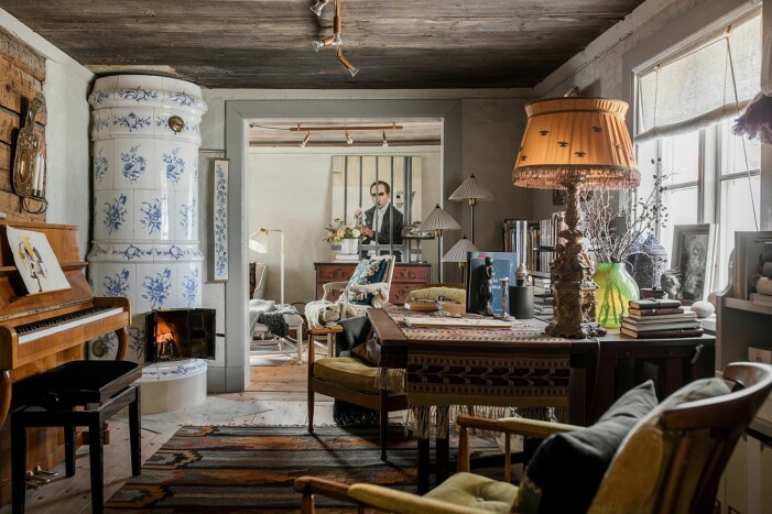 Åsa Larsson säljer sitt hus i Mariefred kakelugn