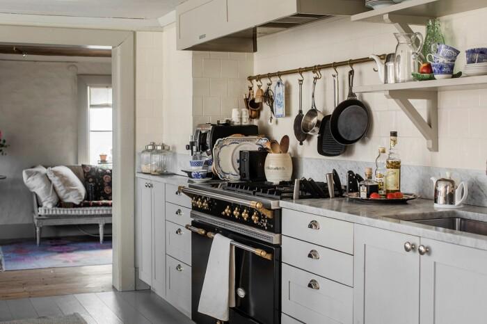 Åsa Larsson säljer sitt hus i Mariefred köket