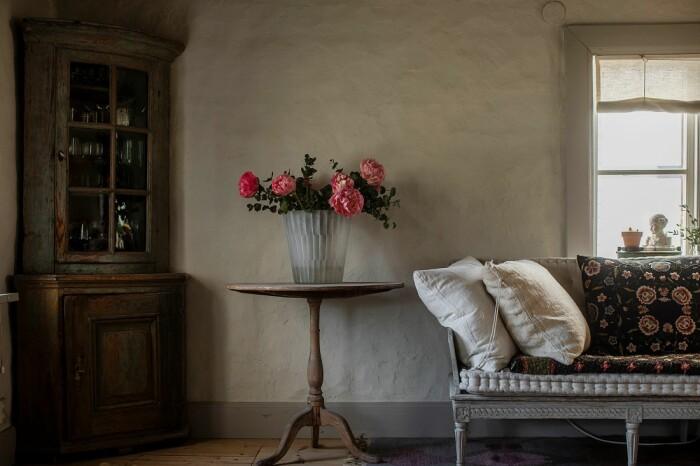 Åsa Larsson säljer sitt hus i Mariefred lerklinade väggar 1700-tal