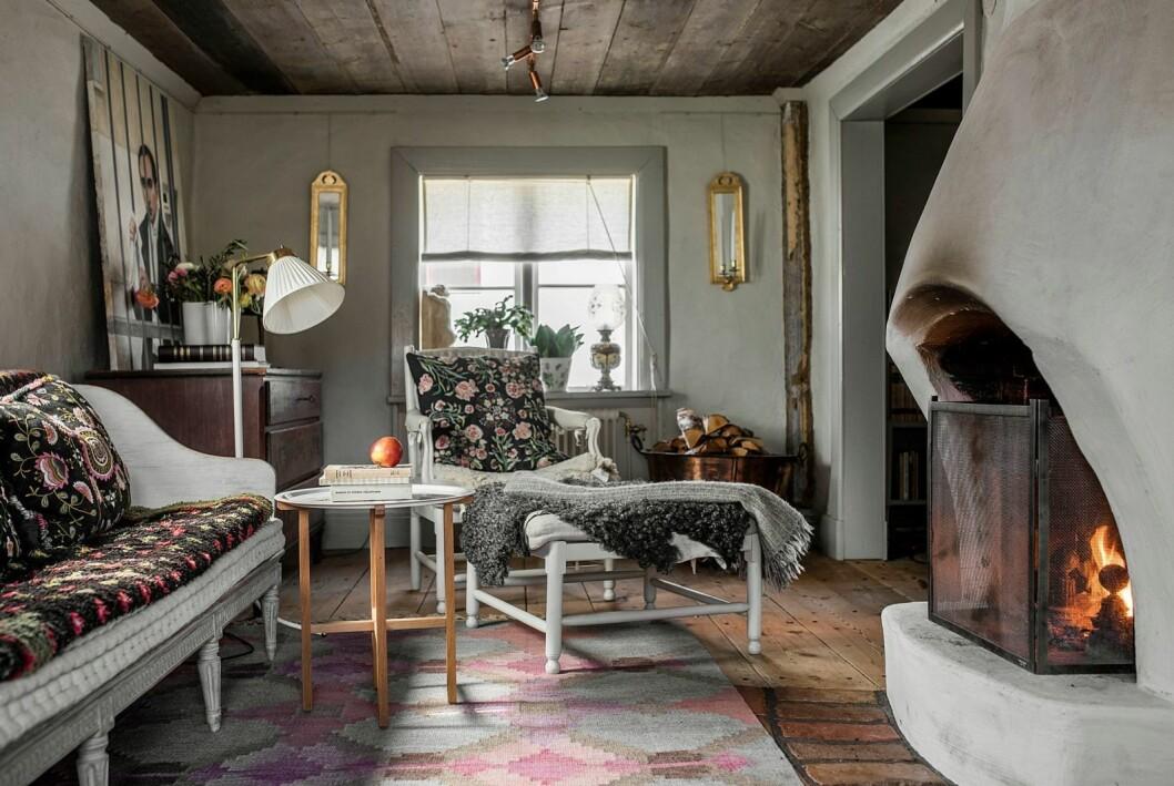 Öppen spis i författaren Åsa Larssons vardagsrum.