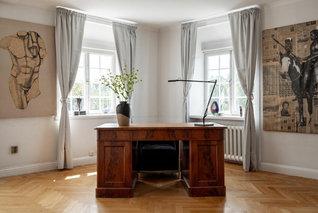 Ett arbetsrum med maffigt skrivbord.