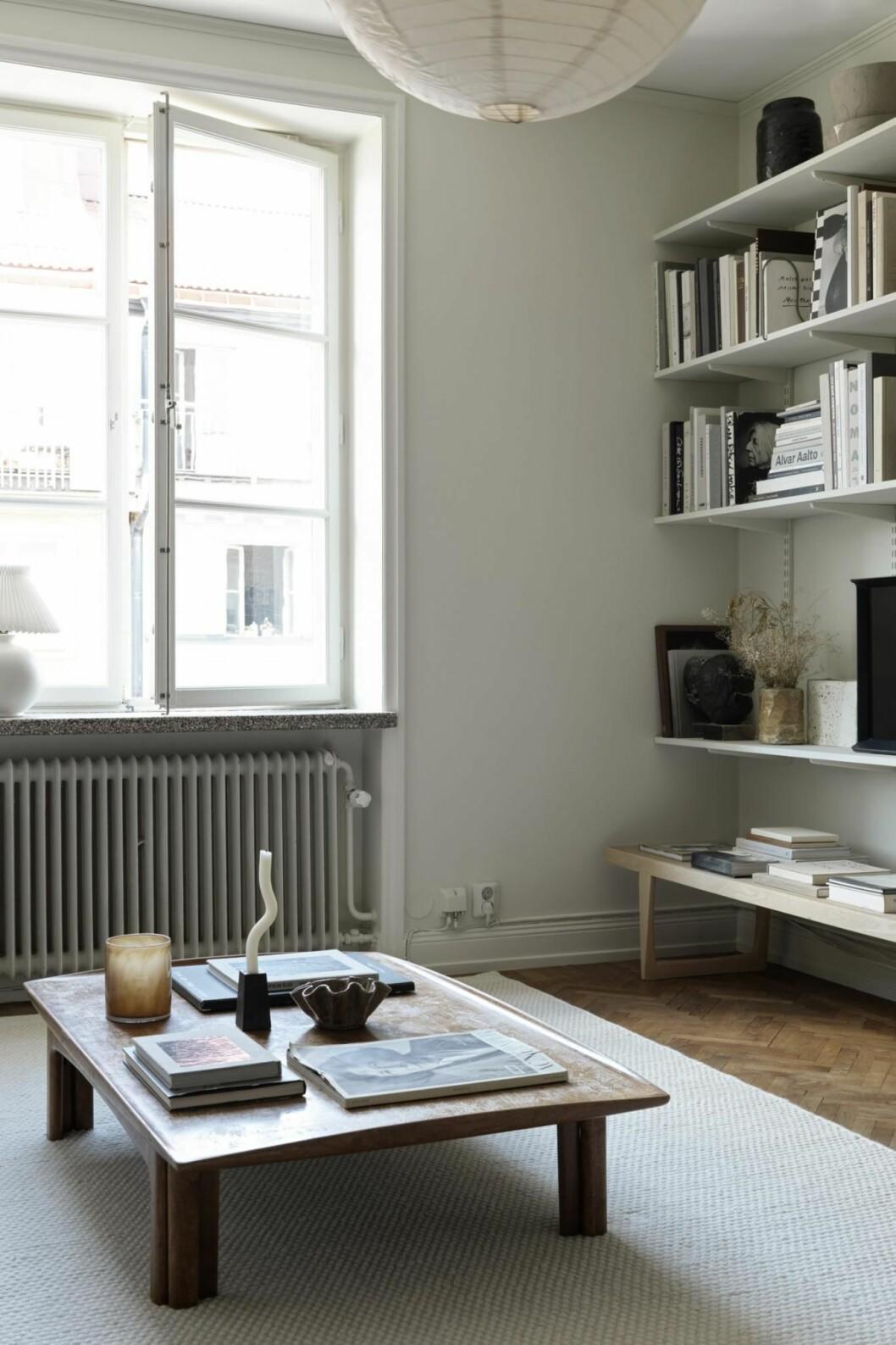 Vardagsrummet i Josefin Håågs rymliga etta.