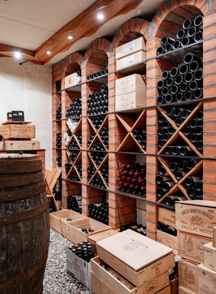 Autentisk vinkällare med kapacitet för många vinflaskor.