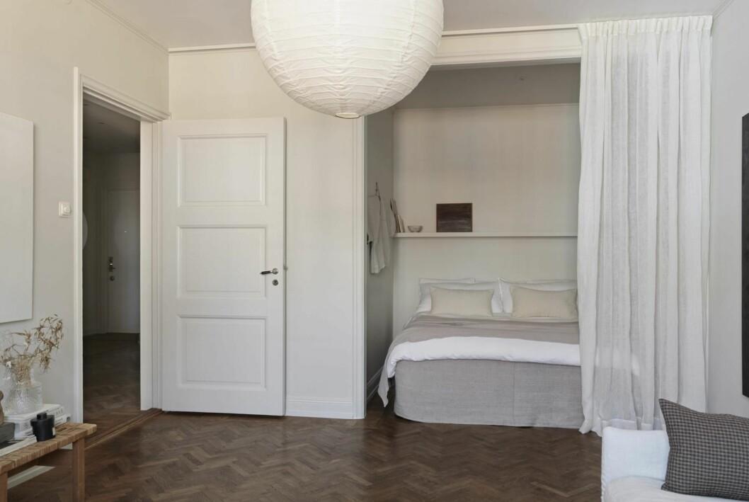 Vardagsrum och sovalkov i Josefin Håågs rymliga etta.