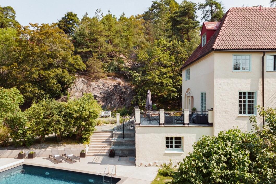 Villa med poolområde och altan.