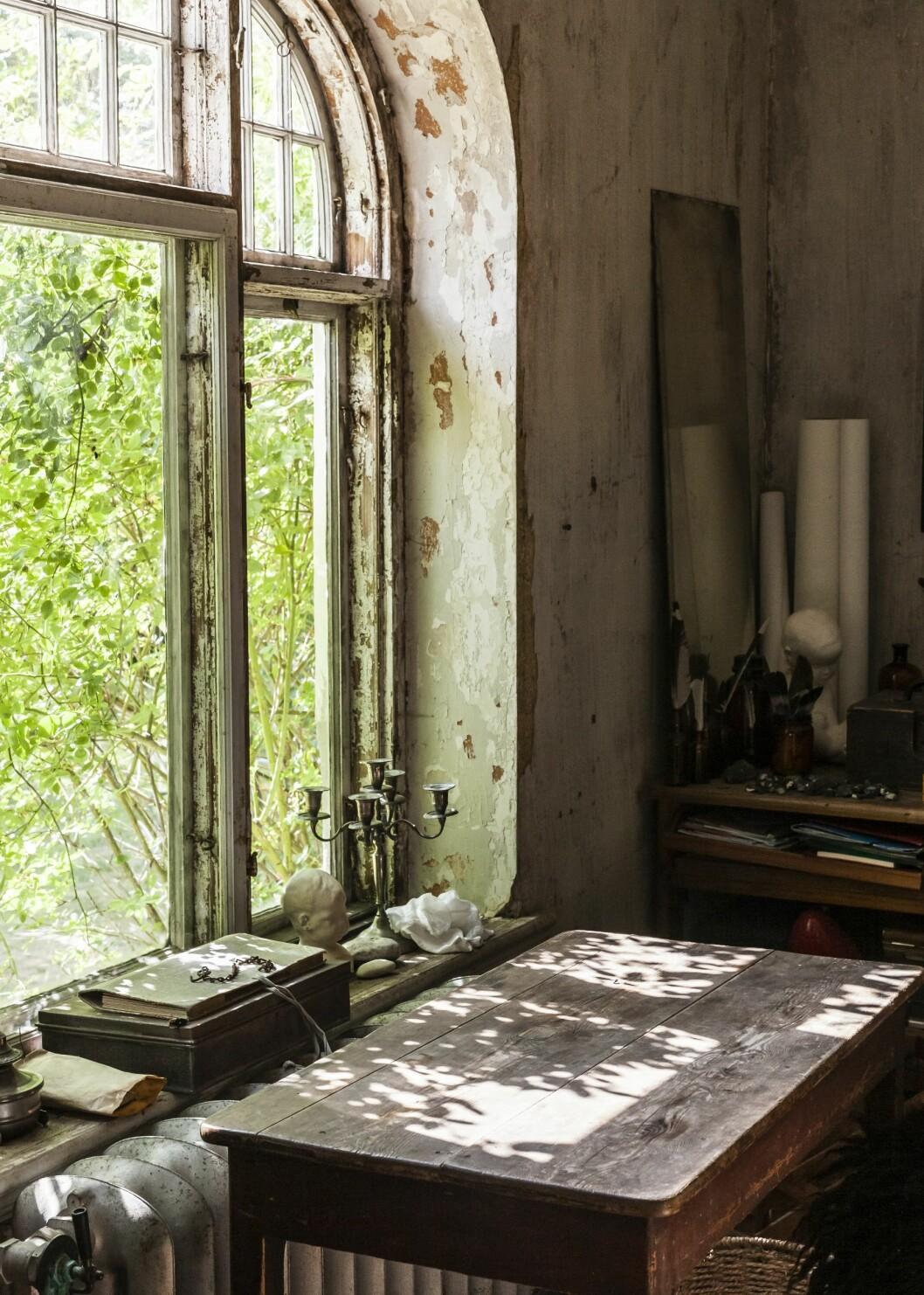 Vackert ljusinsläpp i huset med äkta patina på Österlen.