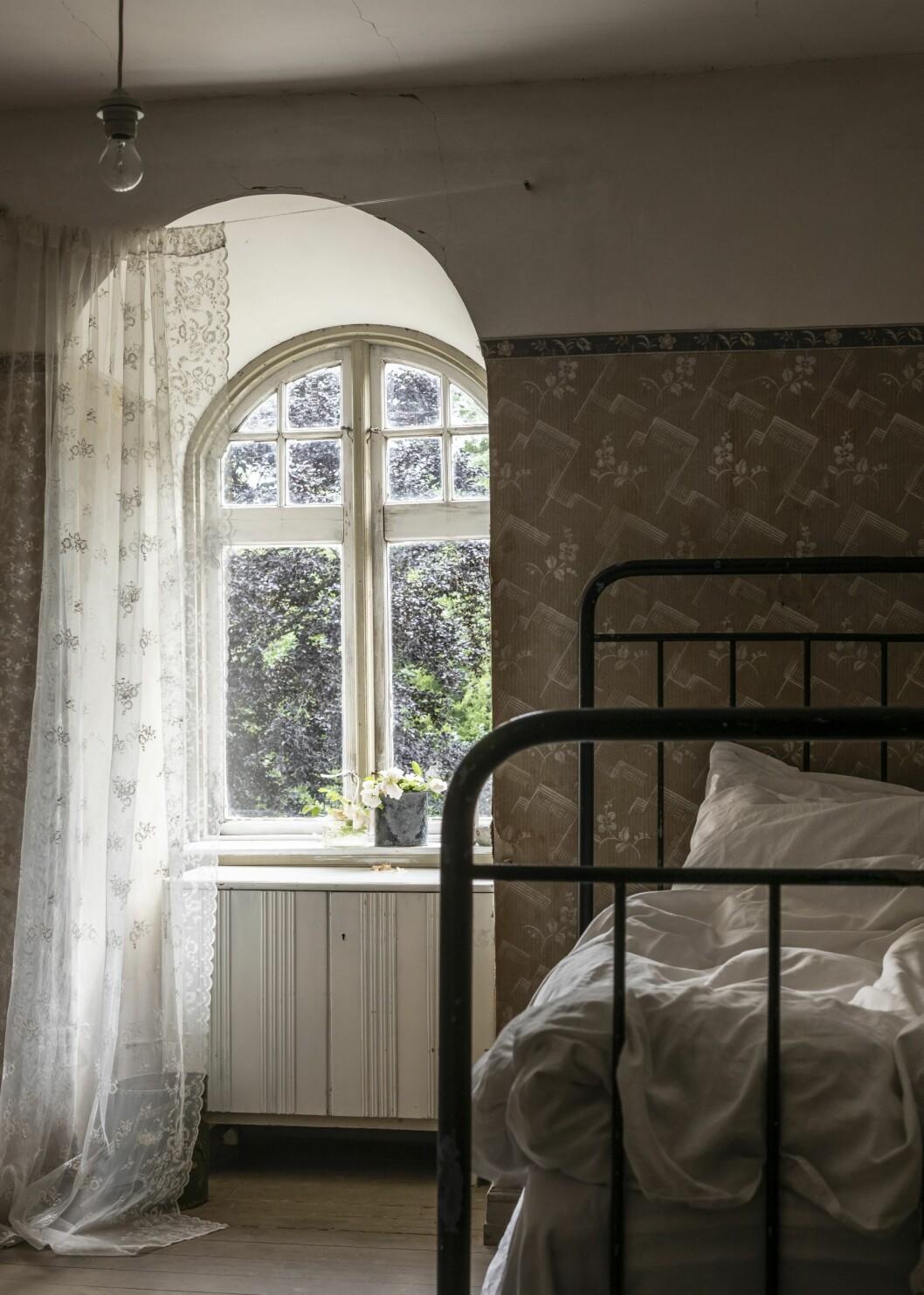 Sovrum huset med äkta patina på Österlen.