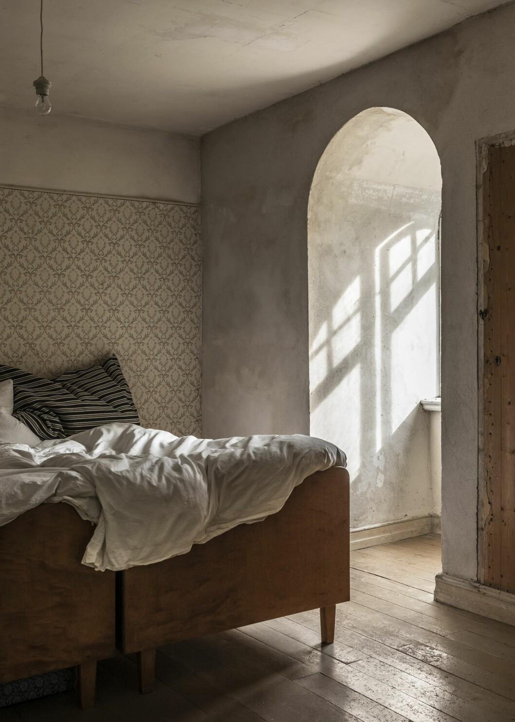 Sovrum i huset med äkta patina på Österlen.