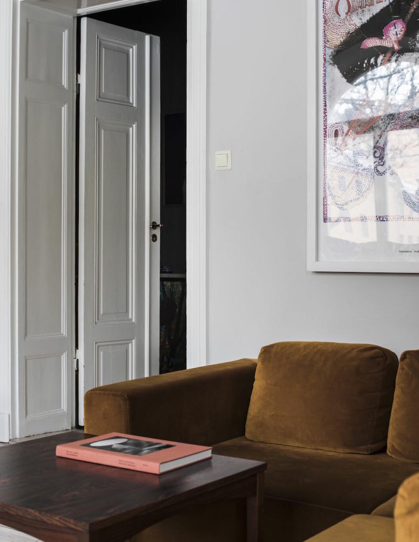 Verk av Bigert & Bergström. Soffbord i mahogny inköpt på Stockholms Stadsmission. Soffa – modell Element, tyg Ritz Velour – från Bolia. Konstverk av Inez van Lamsweerde & Vinoodh Matadin with MM Paris hemma hos supermodellen Frida Gustavsson.