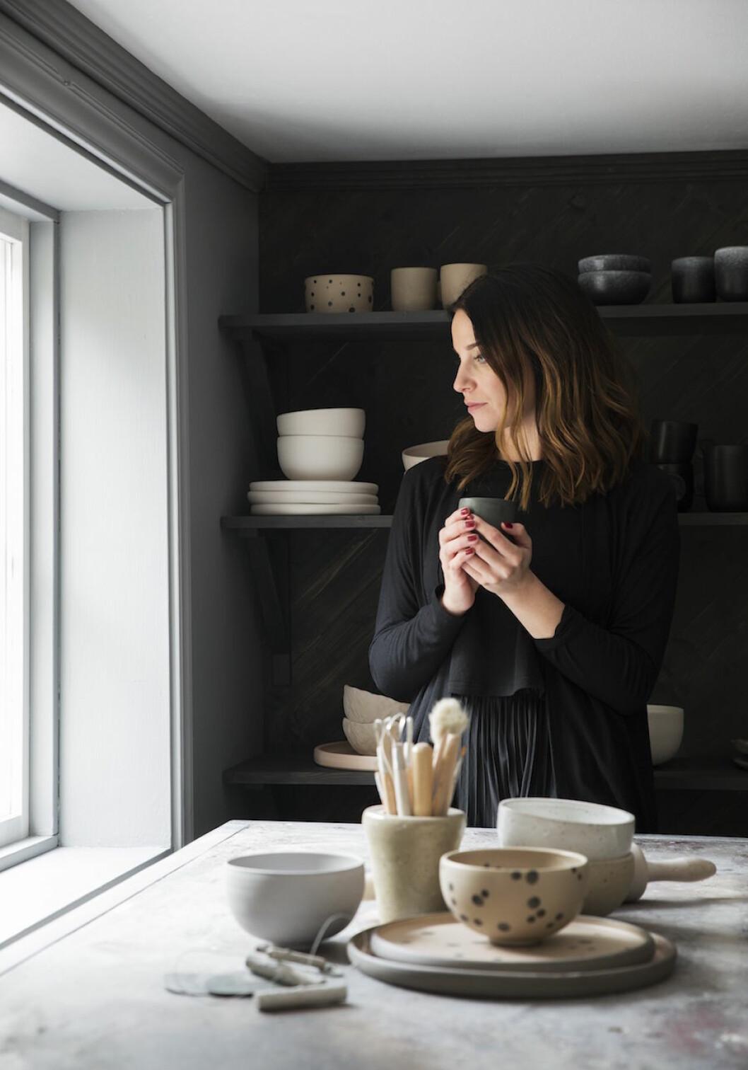 Keramikern Ida Svärdström i sin studio.