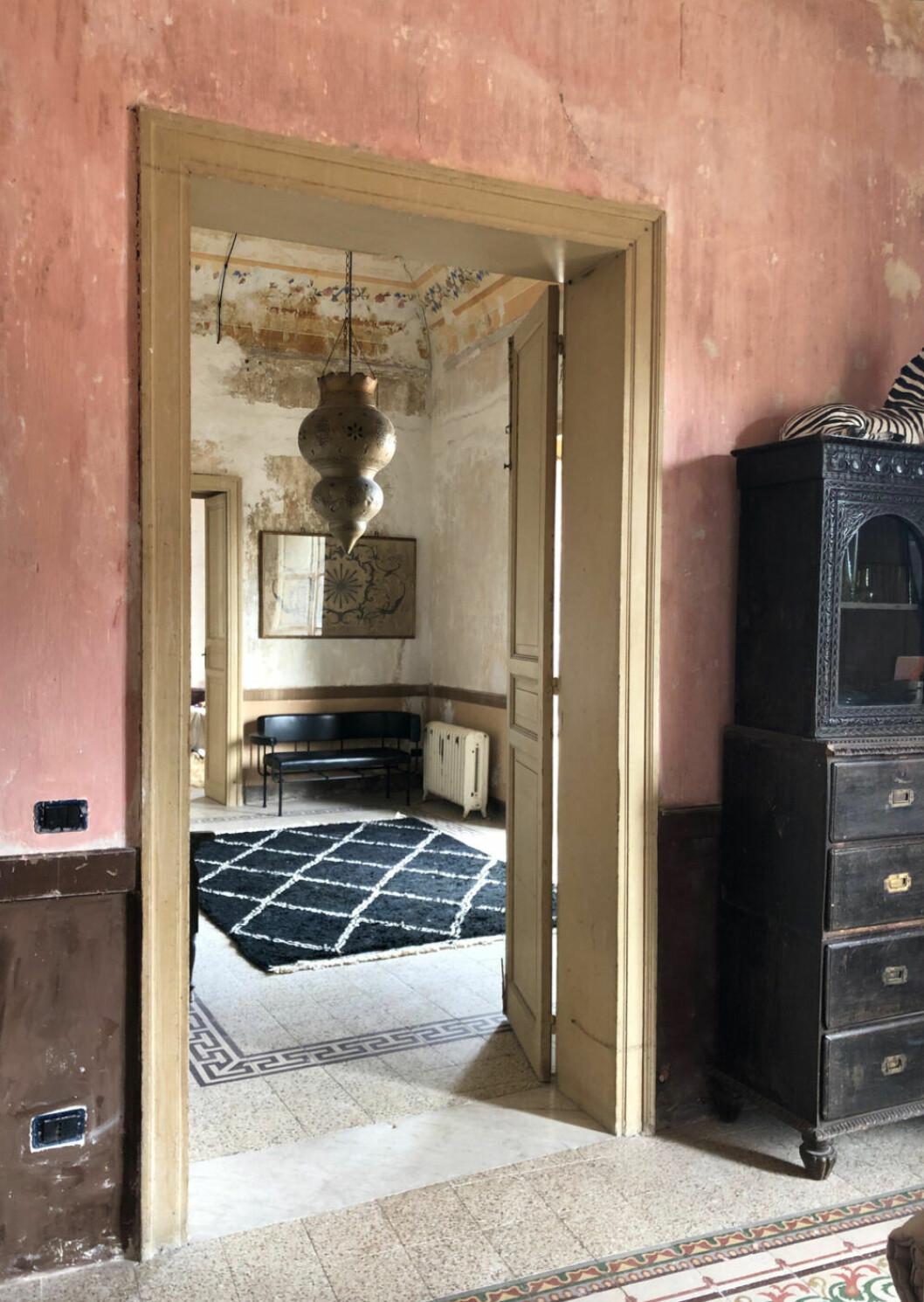Rummen ligger i fil i Palazzo Cirillo