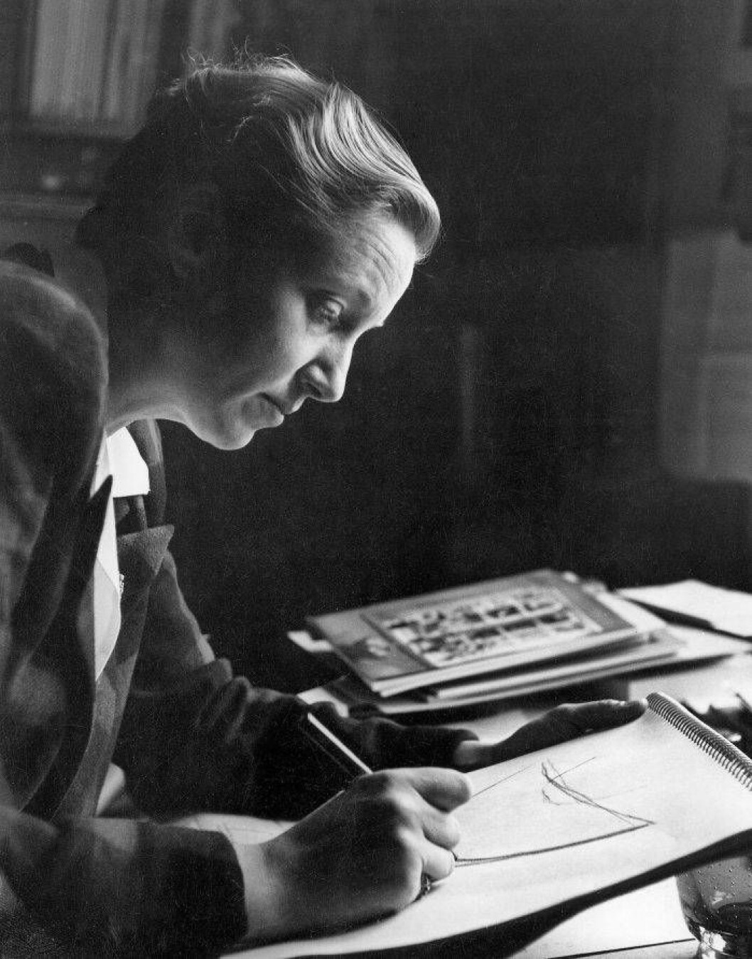 Monica Bratt i profil vid sitt ritbord, ca 1952