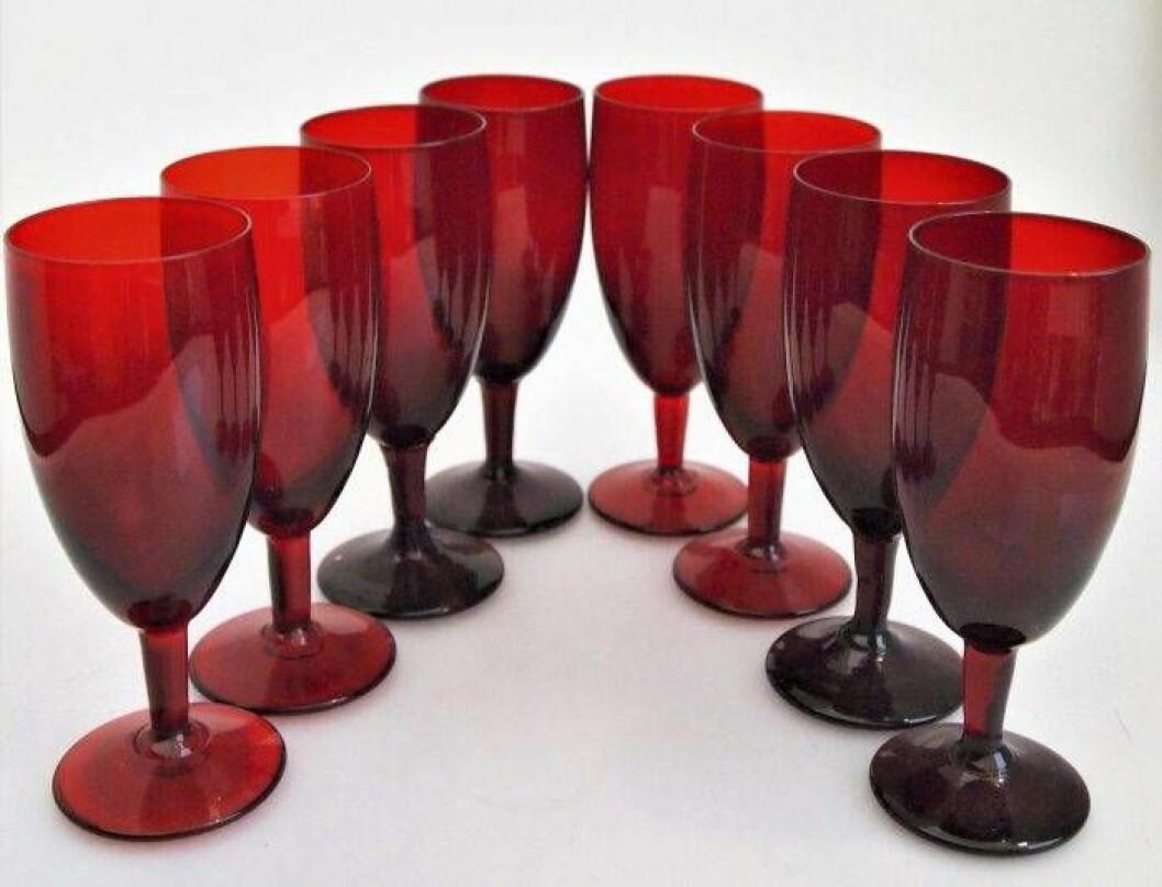 Åtta rubinröda dricksglas på fot av Monica Bratt